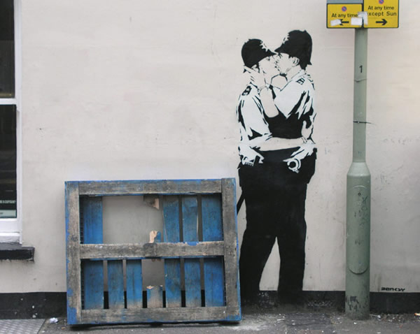 banksy-kissingcoppers3
