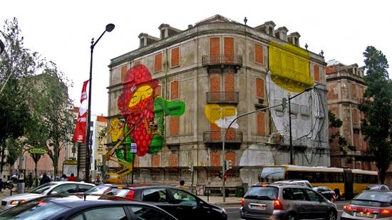 Blu et Os Gemeos font une peinture murale géante à Lisbonne   5