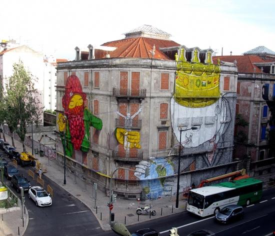 Blu et Os Gemeos font une peinture murale géante à Lisbonne   4