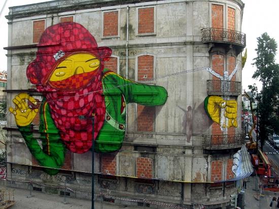 Blu et Os Gemeos font une peinture murale géante à Lisbonne   3