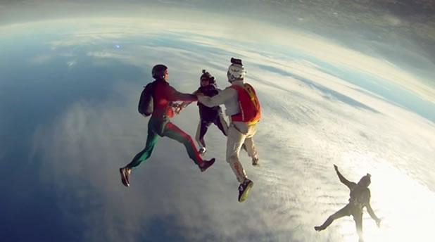 Slow motion d'un saut en chute libre 2