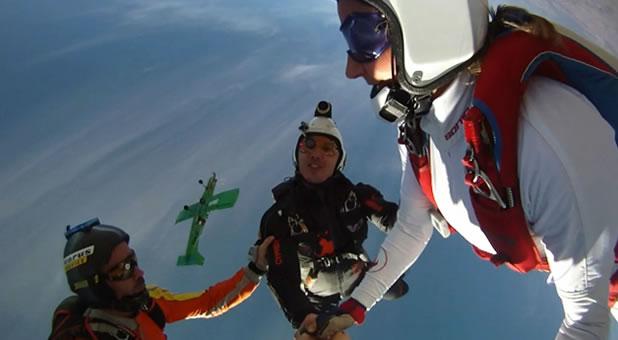Slow motion d'un saut en chute libre 3