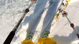 Une avalanche filmée de face par des skieurs jumpers
