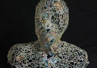 Nikki Rosato créé des visages en découpant des cartes