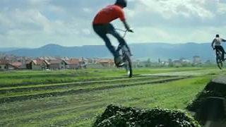 The Earth Beat - Vidéo dans un DirtPark