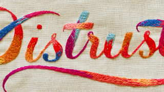 typographie colorée en broderie