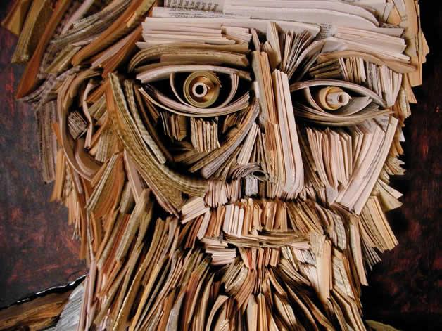 Les sculptures humaines créées avec des livres 20