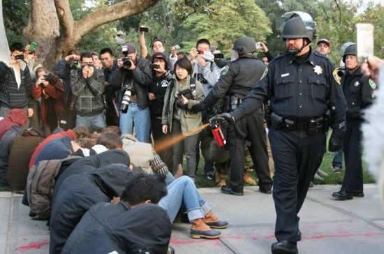 20 parodies du policier qui a envoyé du spay à UC Davis  19