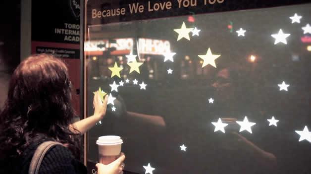 Devanture interactive chez Starbucks