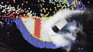 Slow motion d'explosions de ballons avec une alpha roméo