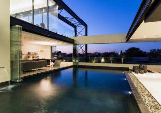 Architecture : Villa de vitres, pierres et métaux