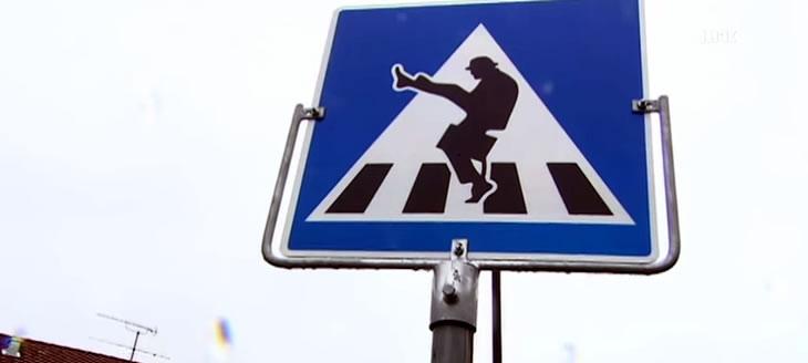 street-art-monty-python-panneau