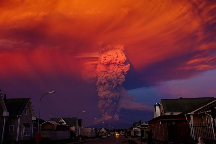 epa04988273 YEARENDER 2015 APRIL A general view of Chilean Calbuco volcano from Puerto Montt, located at 1,000 km southern Santiago de Chile, Chile, 22 April 2015. Due to the eruption of the volcano with a smoke column 20 km high, authorities declared a red alert and ordered the evacuation of around 15,00 inhabitants of Ensenada, Alerce, Colonia RÌo Sur and Correntoso towns. EPA/ALEX VIDAL BRECAS *** Local Caption *** 51900788