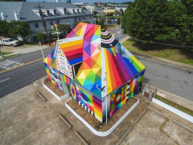 [StreetArt] L'artiste Okuda transforme une vielle maison abandonnée en chef d'oeuvre