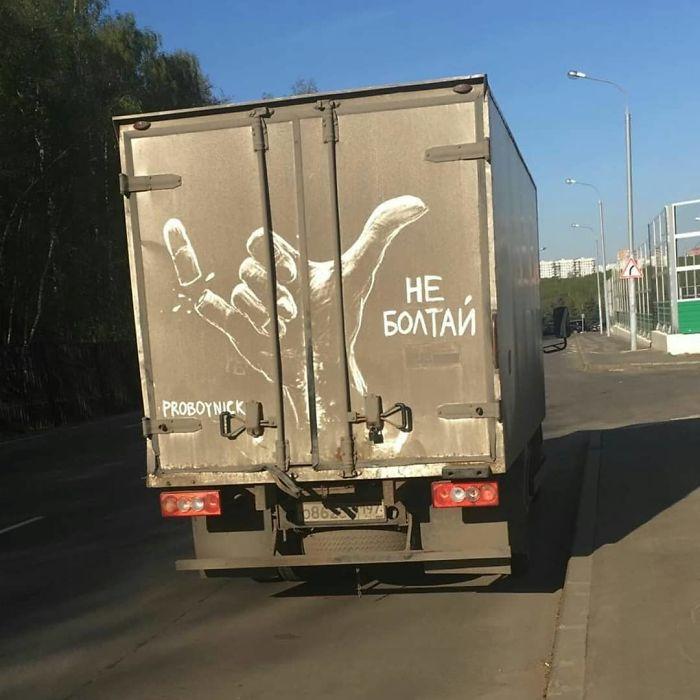 Artiste fait de superbes illustrations avec la saleté des camions et voitures 11