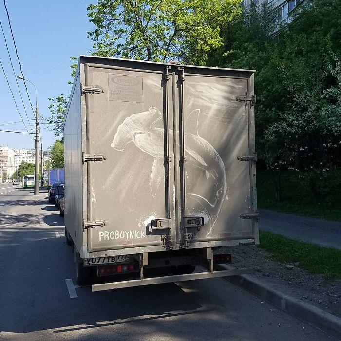 Artiste fait de superbes illustrations avec la saleté des camions et voitures 12