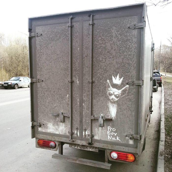 Artiste fait de superbes illustrations avec la saleté des camions et voitures 13