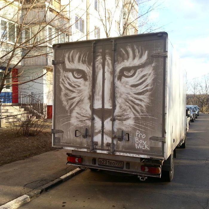 Artiste fait de superbes illustrations avec la saleté des camions et voitures 15