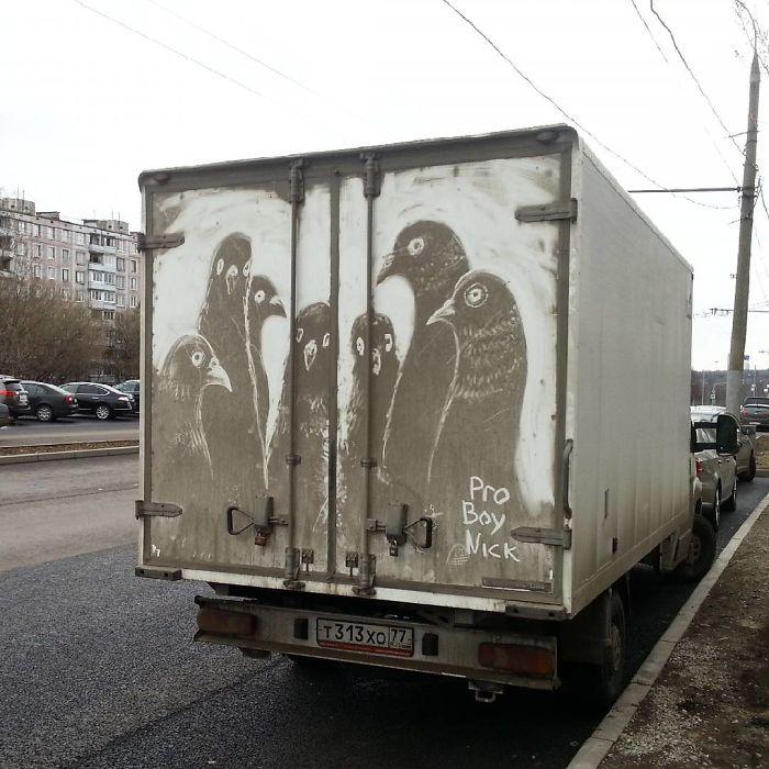 Artiste fait de superbes illustrations avec la saleté des camions et voitures 16