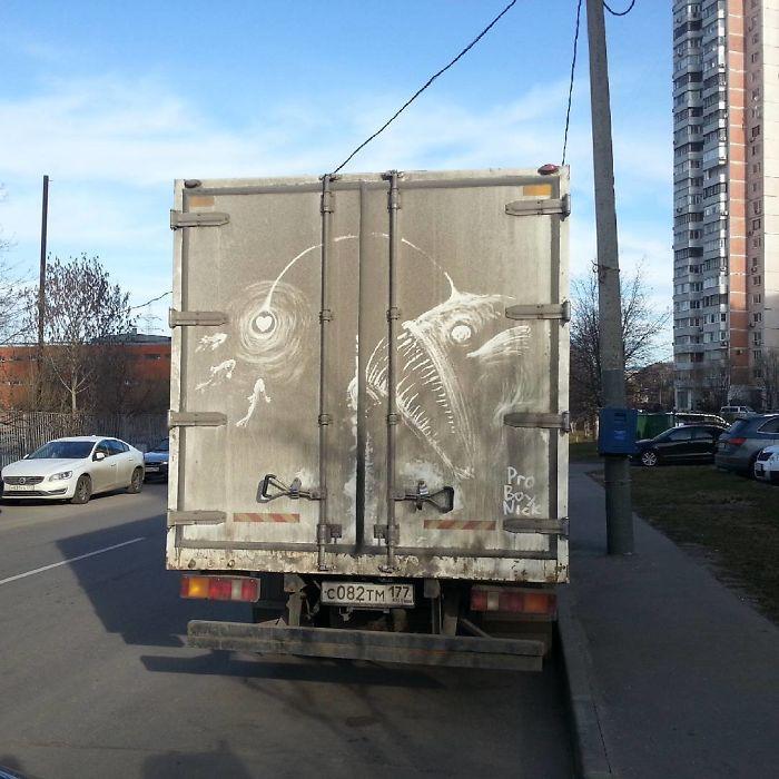 Artiste fait de superbes illustrations avec la saleté des camions et voitures 18