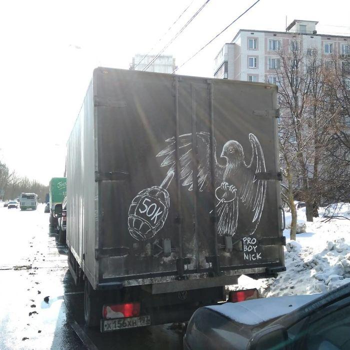 Artiste fait de superbes illustrations avec la saleté des camions et voitures 8