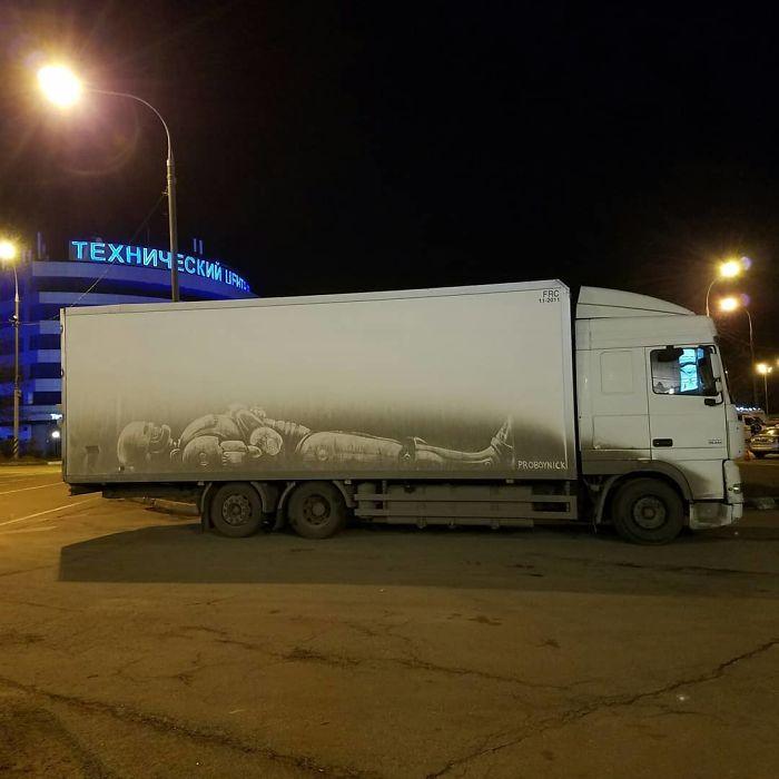Artiste fait de superbes illustrations avec la saleté des camions et voitures 10