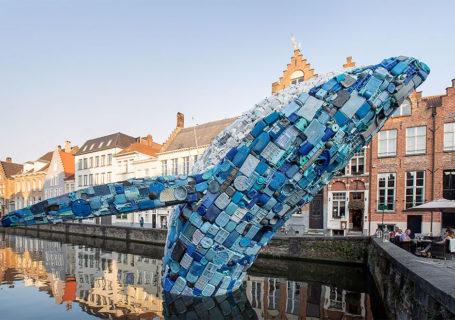 [StreetArt] Une baleine géante à Bruges avec des déchets 10