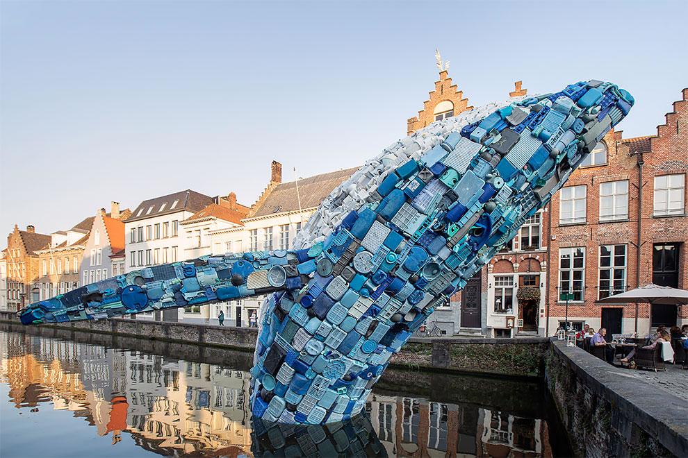[StreetArt] Une baleine géante à Bruges avec des déchets 2