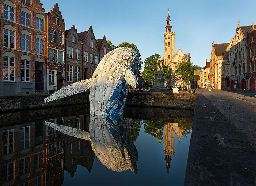 [StreetArt] Une baleine géante à Bruges avec des déchets 3