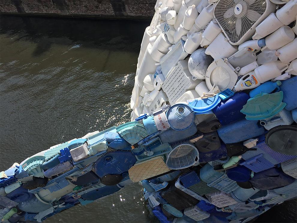 [StreetArt] Une baleine géante à Bruges avec des déchets 4