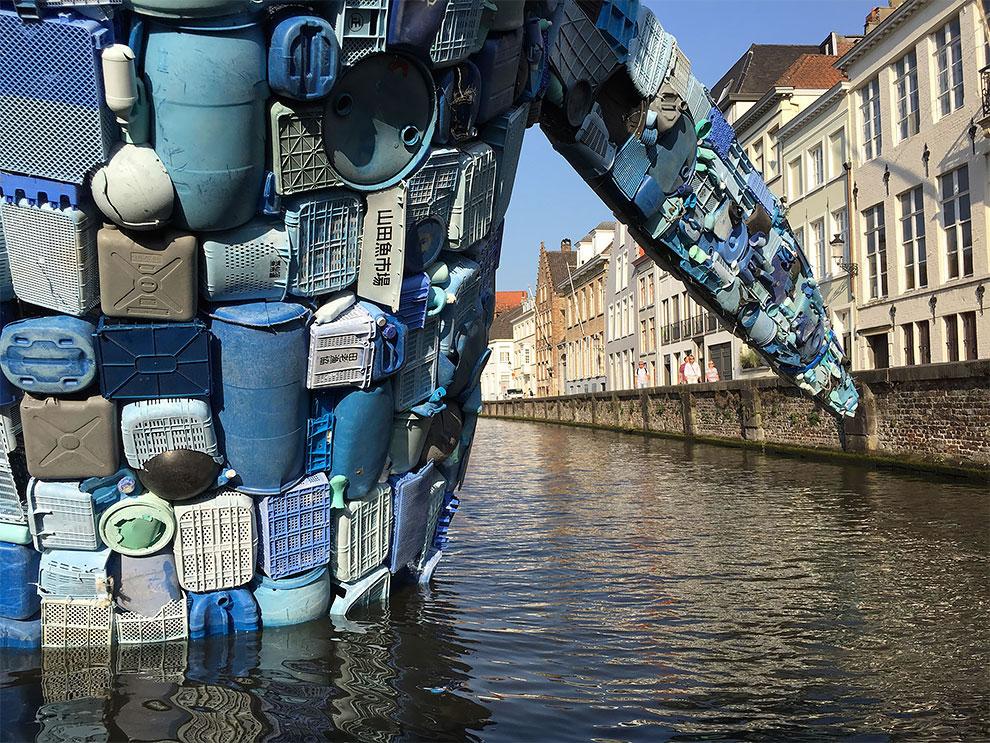 [StreetArt] Une baleine géante à Bruges avec des déchets 5