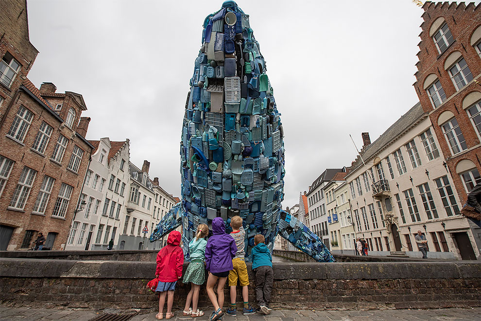 [StreetArt] Une baleine géante à Bruges avec des déchets 6