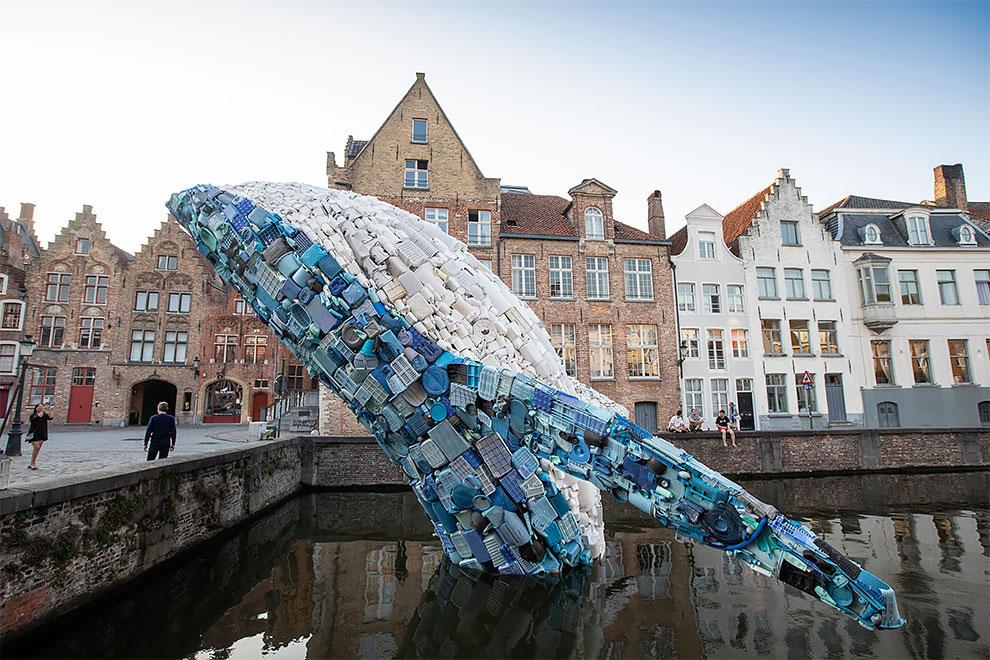 [StreetArt] Une baleine géante à Bruges avec des déchets 7