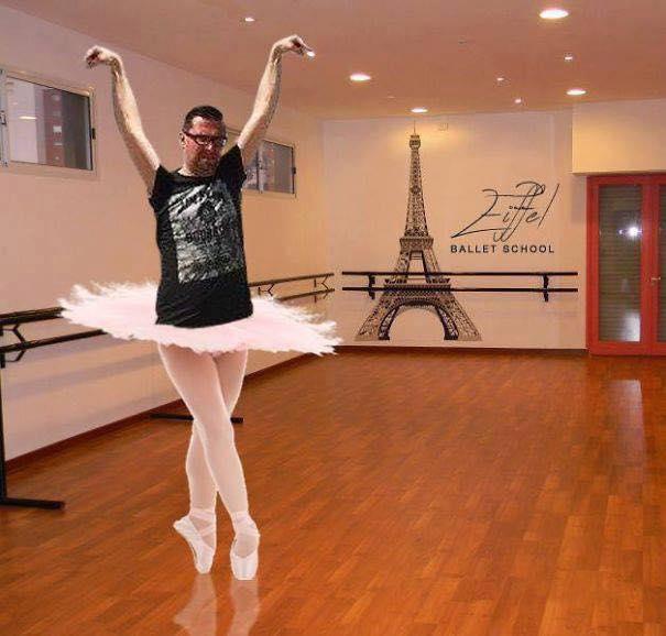Une photo devient virale et un meme pour toucher la tour Eiffel 3