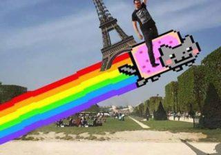 Une photo devient virale et un meme pour toucher la tour Eiffel 1