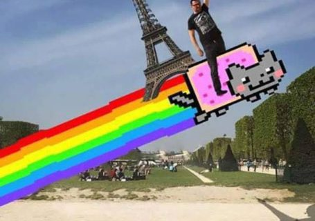 Une photo devient virale et un meme pour toucher la tour Eiffel 5