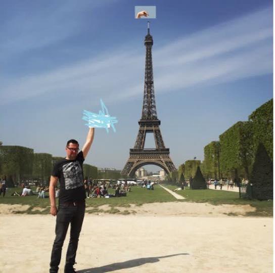 Une photo devient virale et un meme pour toucher la tour Eiffel 4
