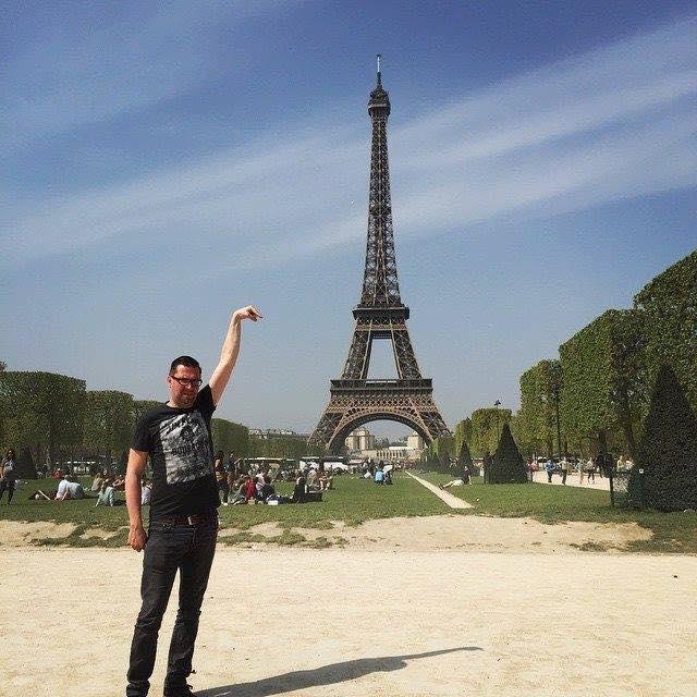Une photo devient virale et un meme pour toucher la tour Eiffel 2