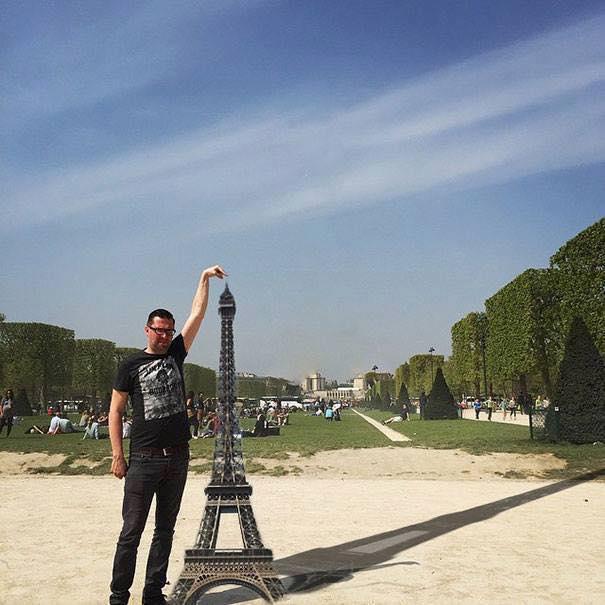 Une photo devient virale et un meme pour toucher la tour Eiffel 9