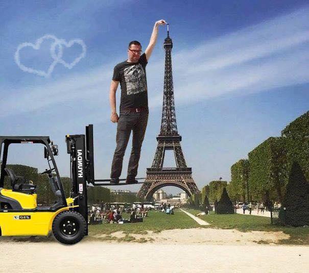 Une photo devient virale et un meme pour toucher la tour Eiffel 10