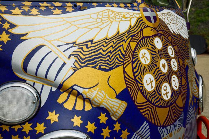 Van Volkswagen de 1969 aux couleurs de Woodstock 12
