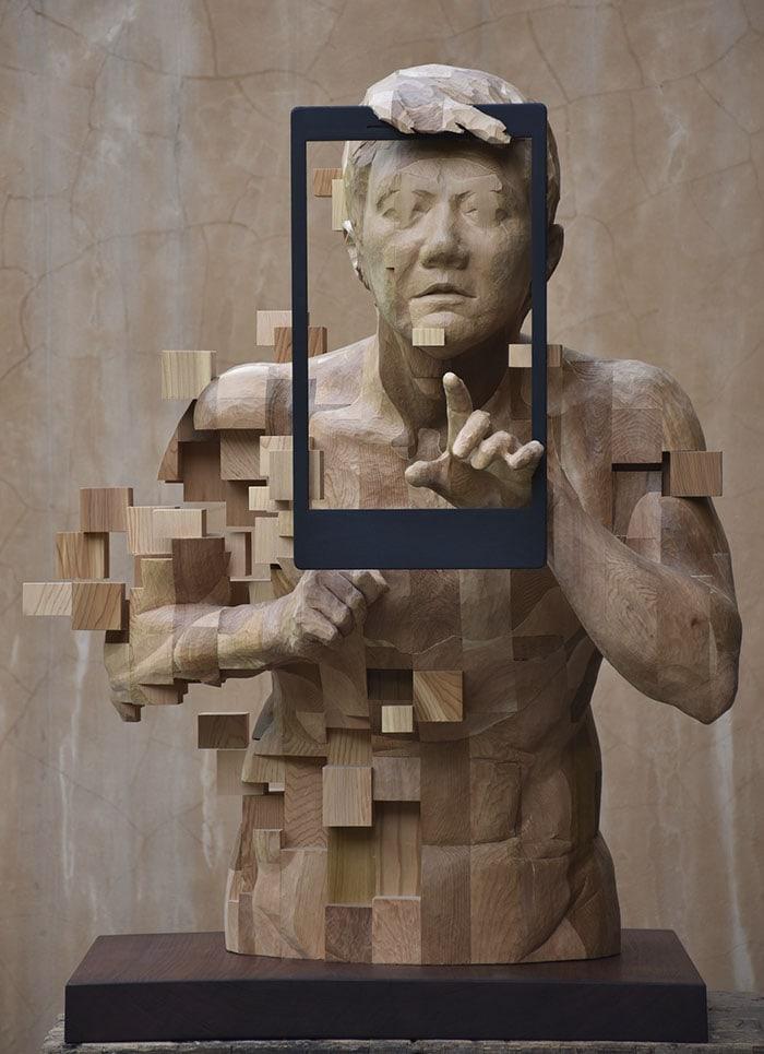 Sculptures magnifiques en bois mixant réalisme et pixels 7