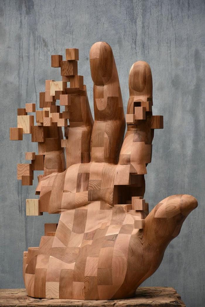 Sculptures magnifiques en bois mixant réalisme et pixels 9