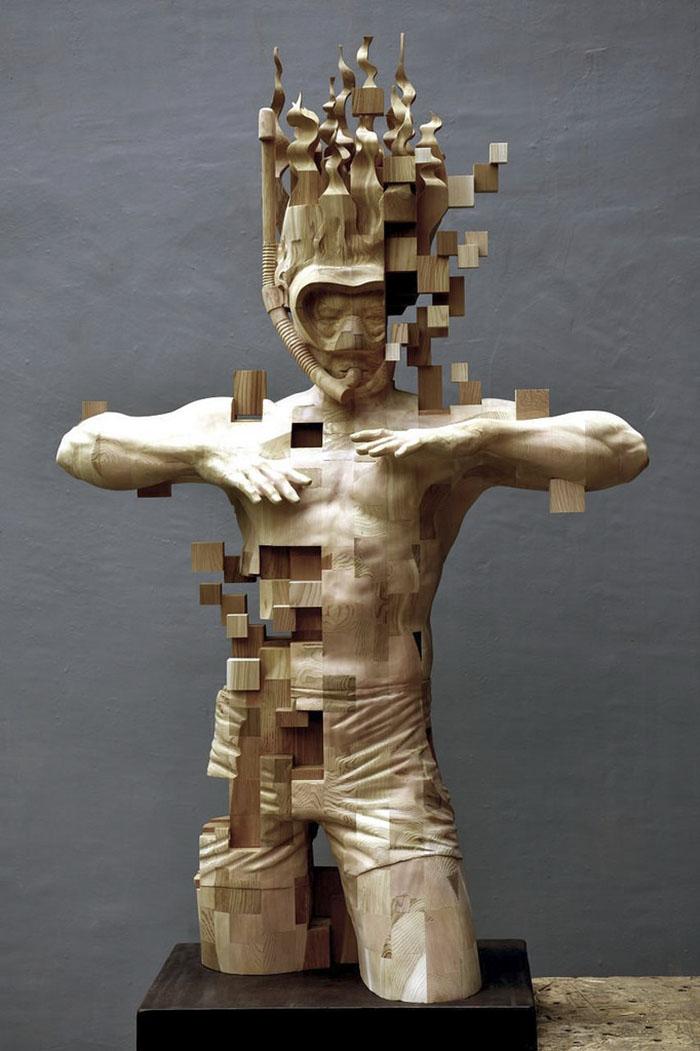 Sculptures magnifiques en bois mixant réalisme et pixels 3