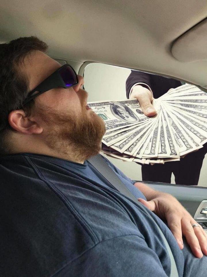 Photomontage : Quand un homme s'endort en voiture, les internautes en profitent 9