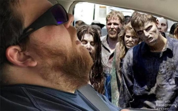 Photomontage : Quand un homme s'endort en voiture, les internautes en profitent 3