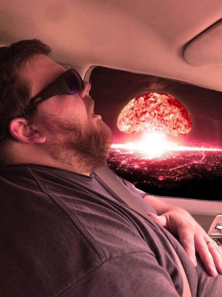 Photomontage : Quand un homme s'endort en voiture, les internautes en profitent 5