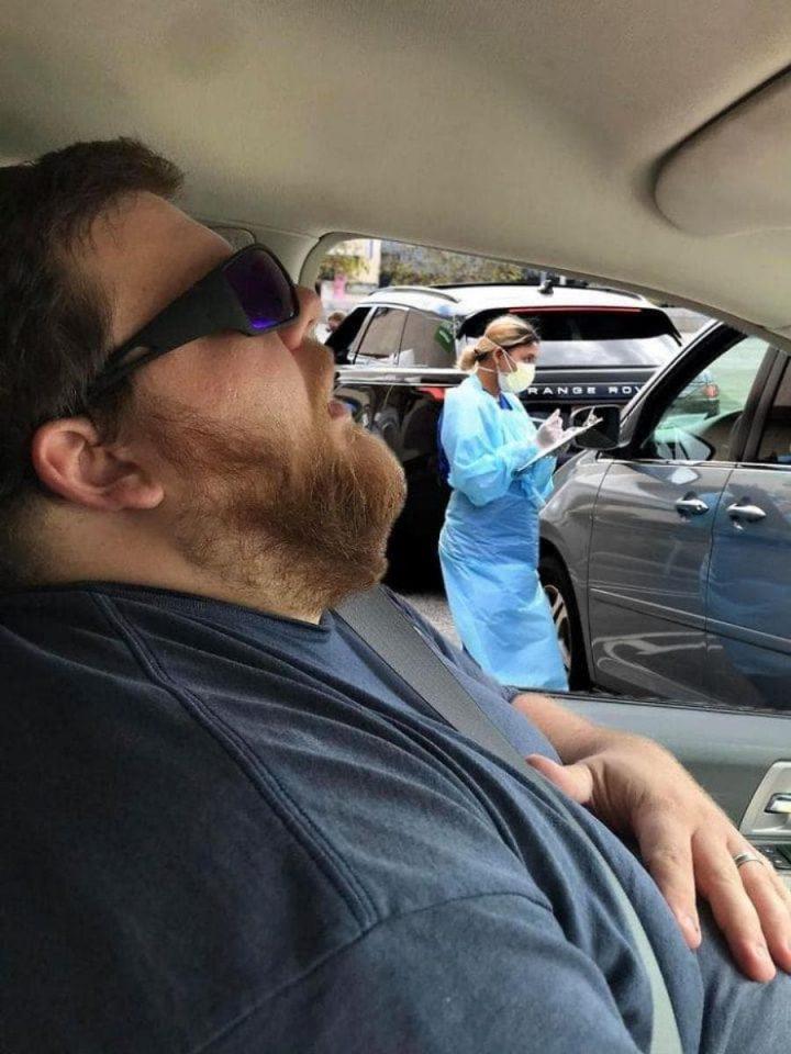Photomontage : Quand un homme s'endort en voiture, les internautes en profitent 4