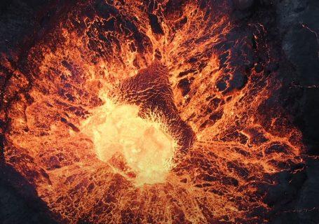 Video d'un drone au dessus d'un volcan en erruption 1